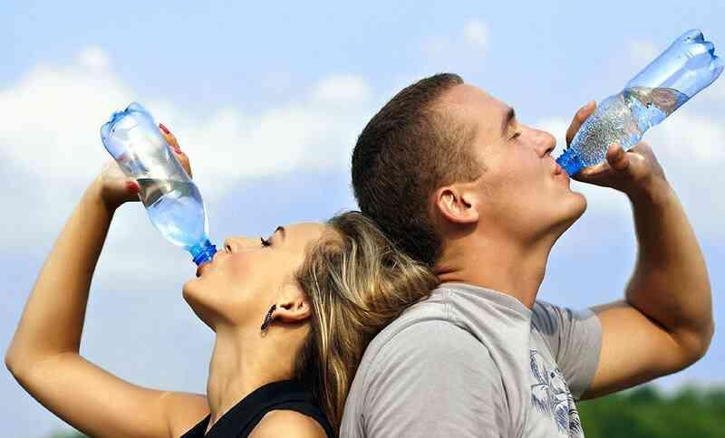 Vergessen Sie bei heißen Temperaturen nicht, regelmäßig Wasser oder ungesüßte Fruchtsäfte zu trinken.