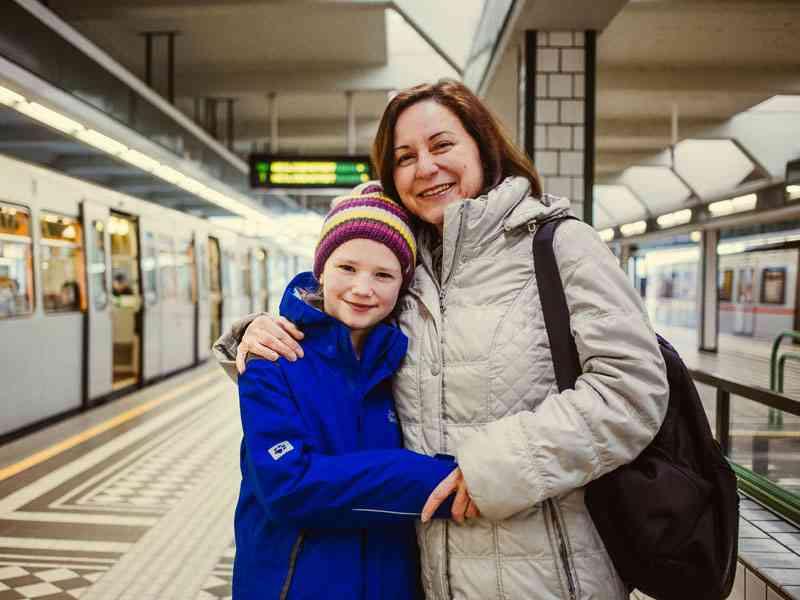Claudia Jilek, Selbstständige, mit Tochter Nicole. Die Familie wohnt nahe des Schlosses Laudon in Penzing, Mutter Claudia fährt dreimal wöchentlich mit der U4 ins Zentrum. Die Ausweichroute für die Jileks: Bim 49 bis zur U3-Station Hütteldorfer Straße.