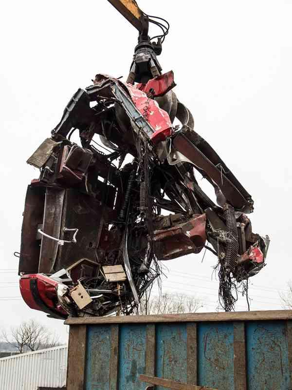 Die verbliebenen Teile des E1 werden in den Shredder gehoben.