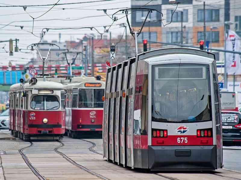 Laufend werden moderne und barrierefreie Straßenbahnen gekauft, die ältere Typen ersetzen.
