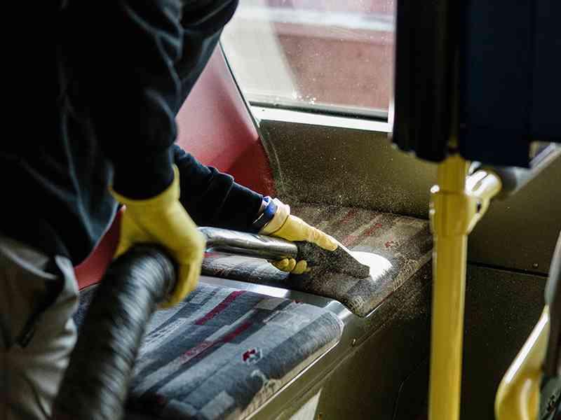 Zur gründlichen Reinigung gehört das Absaugen der Sitze sowie das Wischen der Decken und Böden.
