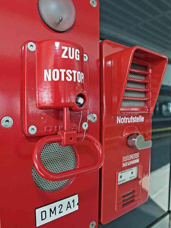 Der Zugnotstopp sorgt dafür, dass Züge beim Einfahren in die Station abgebremst werden. Mit der Notrufstelle, auch Notsprechstelle genannt, lässt sich Kontakt zur Leistelle oder zu den FahrerInnen im Zug aufnehmen.