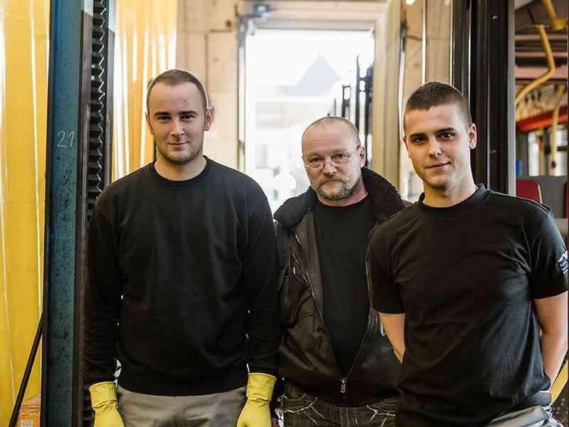 Wilhelm Kremnitzl (M.) ist mit seinen Mitarbeitern für die Reinigung aller Fahrzeuge der Wiener Linien zuständig.