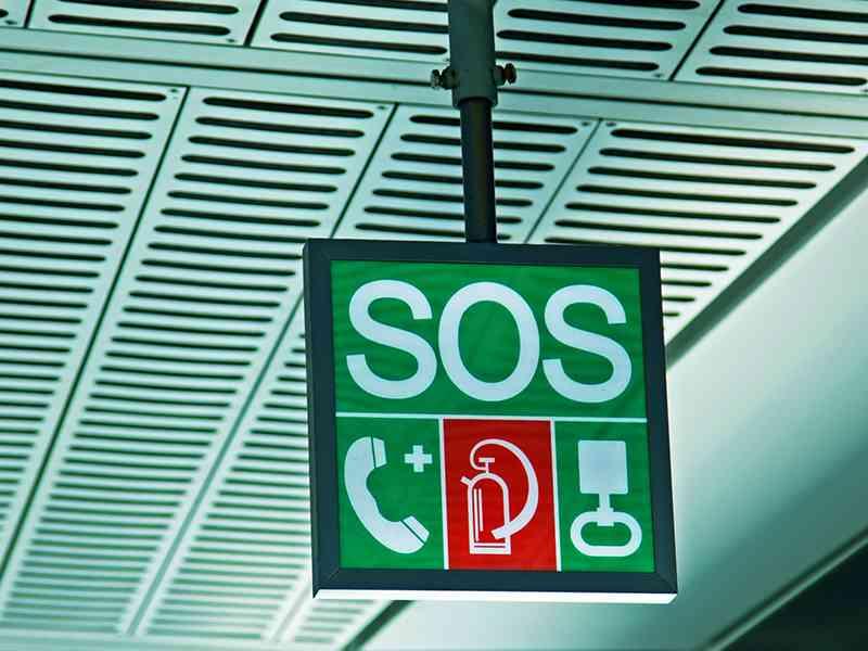 Den grüne SOS-Würfel finden Sie in jeder Station.