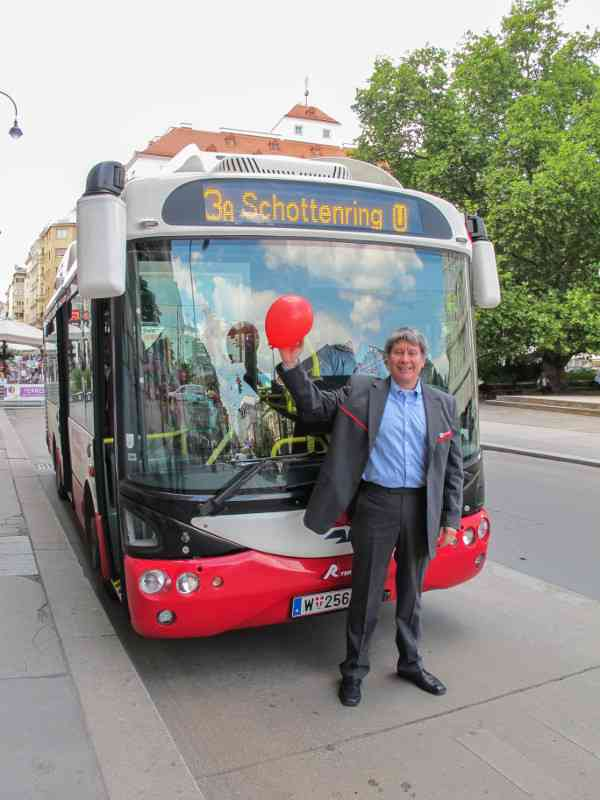 "Unser Buslenker mit dem ""geretteten"" Luftballon."