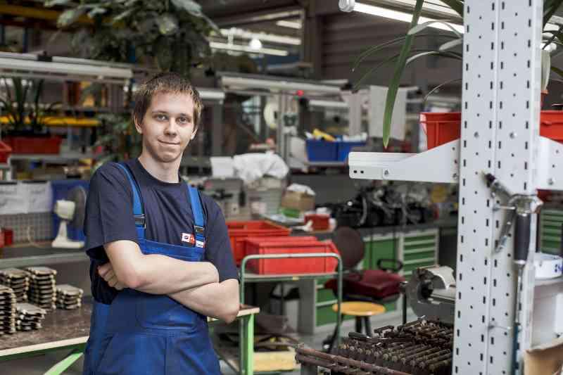 Techniklehrling Patrik Hojus freut sich darauf, direkt am Fahrzeug zu werken.