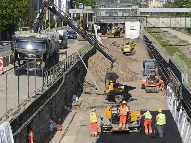 In der Nähe des Amtshauses Hietzing bauen unsere KollegInnen eine Ausfahrtsrampe für LKW und Baufahrzeuge. Das Pendant für die Einfahrt ist bei Hütteldorf.