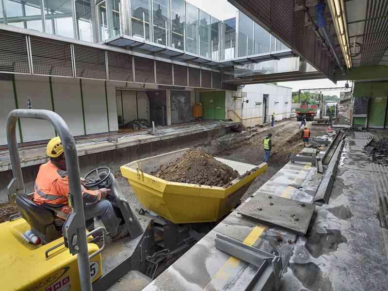Auch am Bahnsteig in der Station Braunschweiggasse wird gearbeitet.