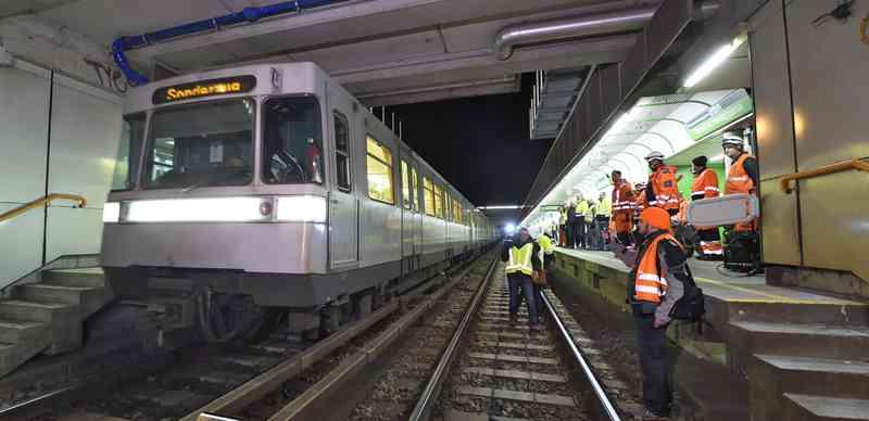 Und los geht's! In der ersten Nacht wird nicht lange gefackelt. Alles muss raus! Nachdem die letzte U-Bahn abgefahren ist, gehen unsere KollegInnen ins Gleis.