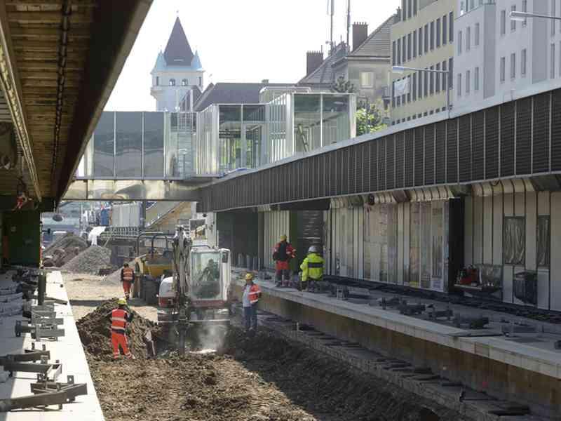 Dann geht's auch schon an den Unterbau. Zuerst wird der Schotter entfernt, um dann bis zu 1,5 Meter tief zu graben. Begonnen wird mit der Station Braunschweiggasse. So haben Sie die U-Bahn noch nie gesehen!