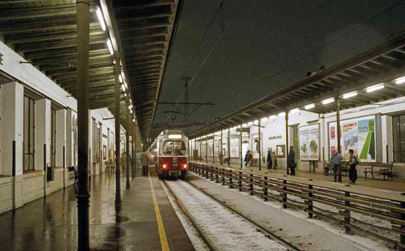 Züge der Type E6/c6 kamen zuerst auf der Stadtbahn zum Einsatz. Hier die Station Nußdorfer Straße im Jahr 1987.