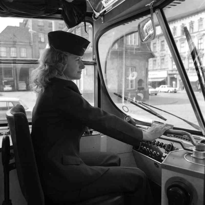 Eine der ersten Straßenbahnfahrerinnen im Dienst