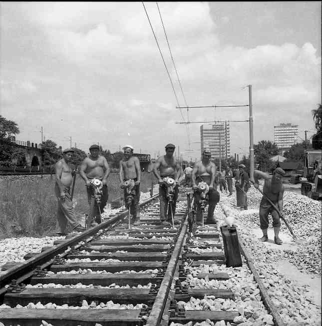 Bauarbeiter in Aktion auf der Stadtbahnstrecke