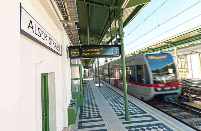 Die frisch renovierte Station Alser Straße erstrahlt nach der Sanierung in neuem Glanz.