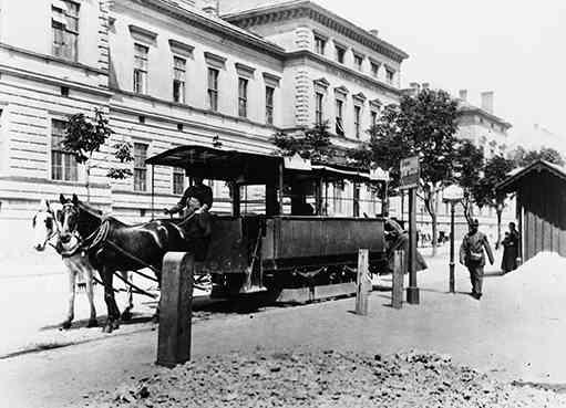 """Zweispänniger Pferdetramway-Sommerwagen der """"Neuen Wiener Tramwaygesellschaft"""" am Währinger Gürtel vor dem Rothschildspital"""