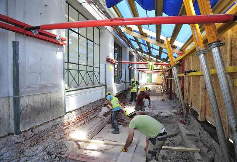 Abbruch der alten Bahnsteige, ehe mit der Errichtung der neuen Bahnsteige begonnen werden konnte.
