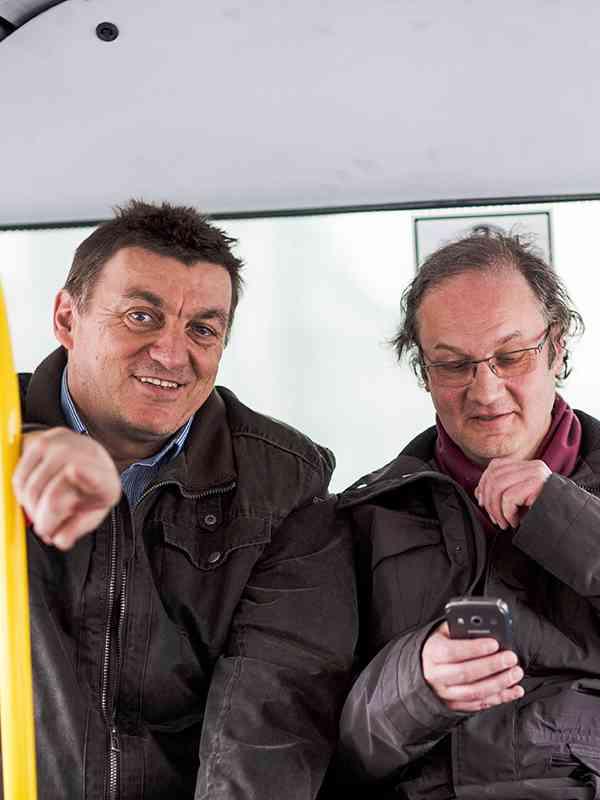 Franz Schnötzinger und Herbert Merz sind heute im Bus der Linie 93A unterwegs und dokumentieren die Auslastung des Fahrzeugs.
