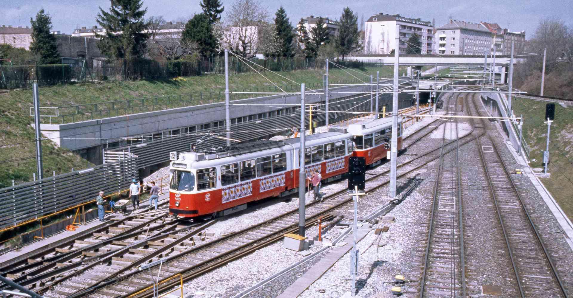 Bis Mai 1995 verkehrte die Schnellstraßenbahnlinie 64 nach Siebenhirten, dann übernahm die U6 den Betrieb auf.