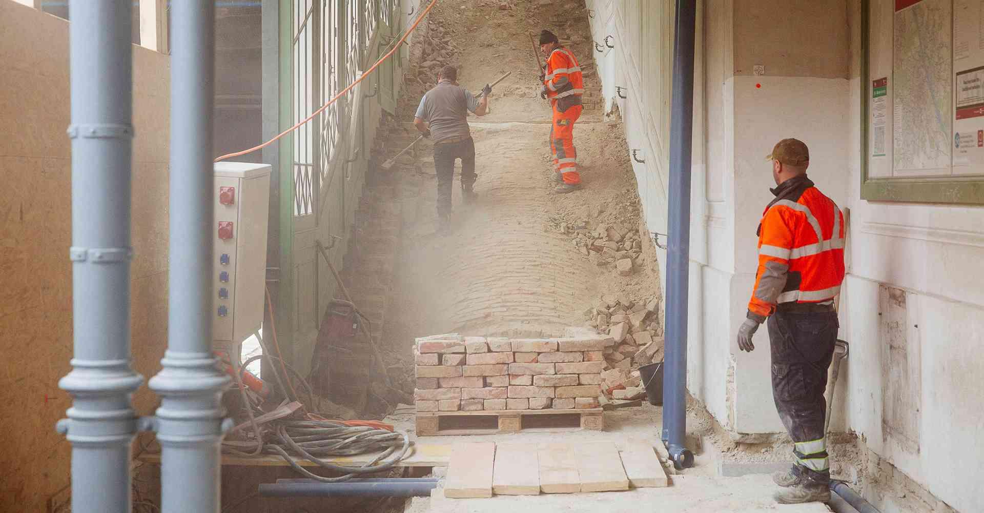 """""""Einmal richtig hingreifen"""": Wenn Unterbau und Bahnsteig saniert sind, kommen die Original-Otto- Wagner-Treppen wieder zurück."""