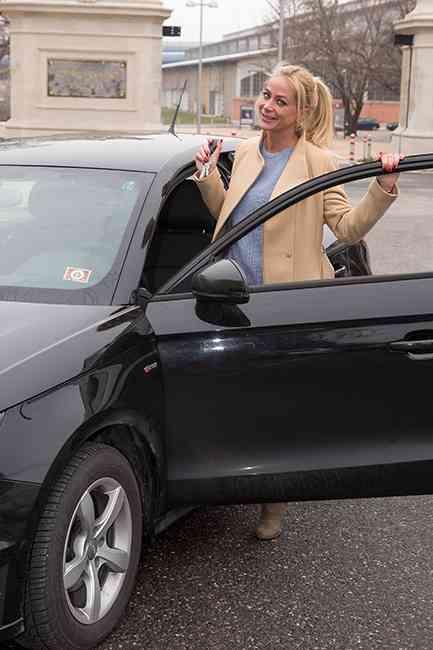 """Brigitte ist am liebsten im eigenen Wagen unterwegs. Und wie der Vergleich zeigt: Auch im Auto ging es auf der """"Teststrecke"""" gut voran. Brigitte erreichte das Ziel als Dritte."""