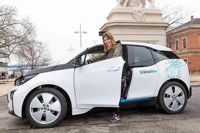 Lisa probierte die aufwendigste Variante aus. Die erste Etappe absolvierte sie mit dem E-Auto von DriveNow.