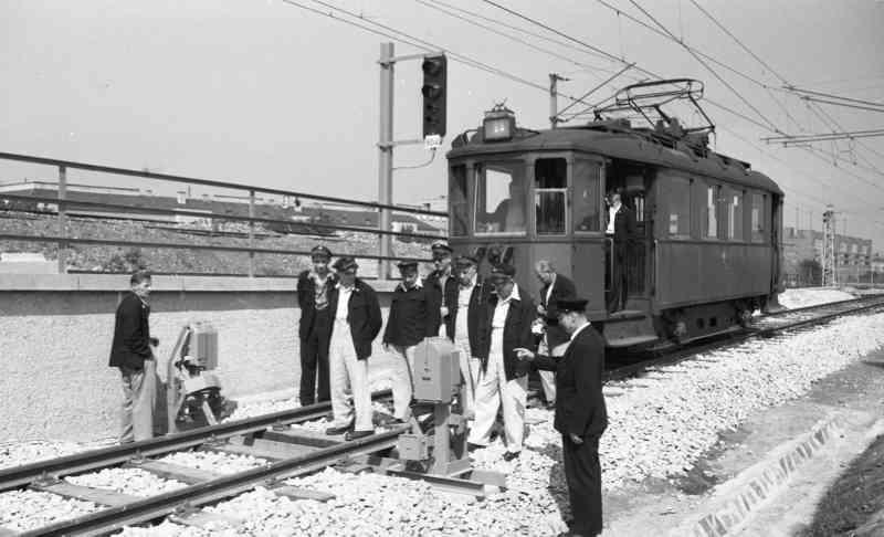 Schulung von Signalanlagen an der Stadtbahnstrecke mit Bediensteten und Triebwagen der Type N in Heiligenstadt am 17.9.1954