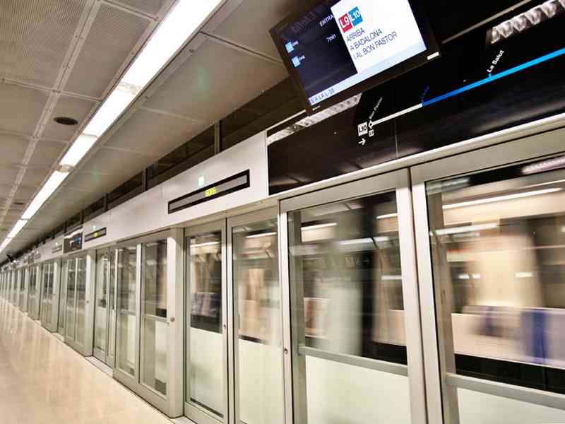 Bahnsteigtüren bieten Sicherheit für Fahrgäste, hier in Barcelona.