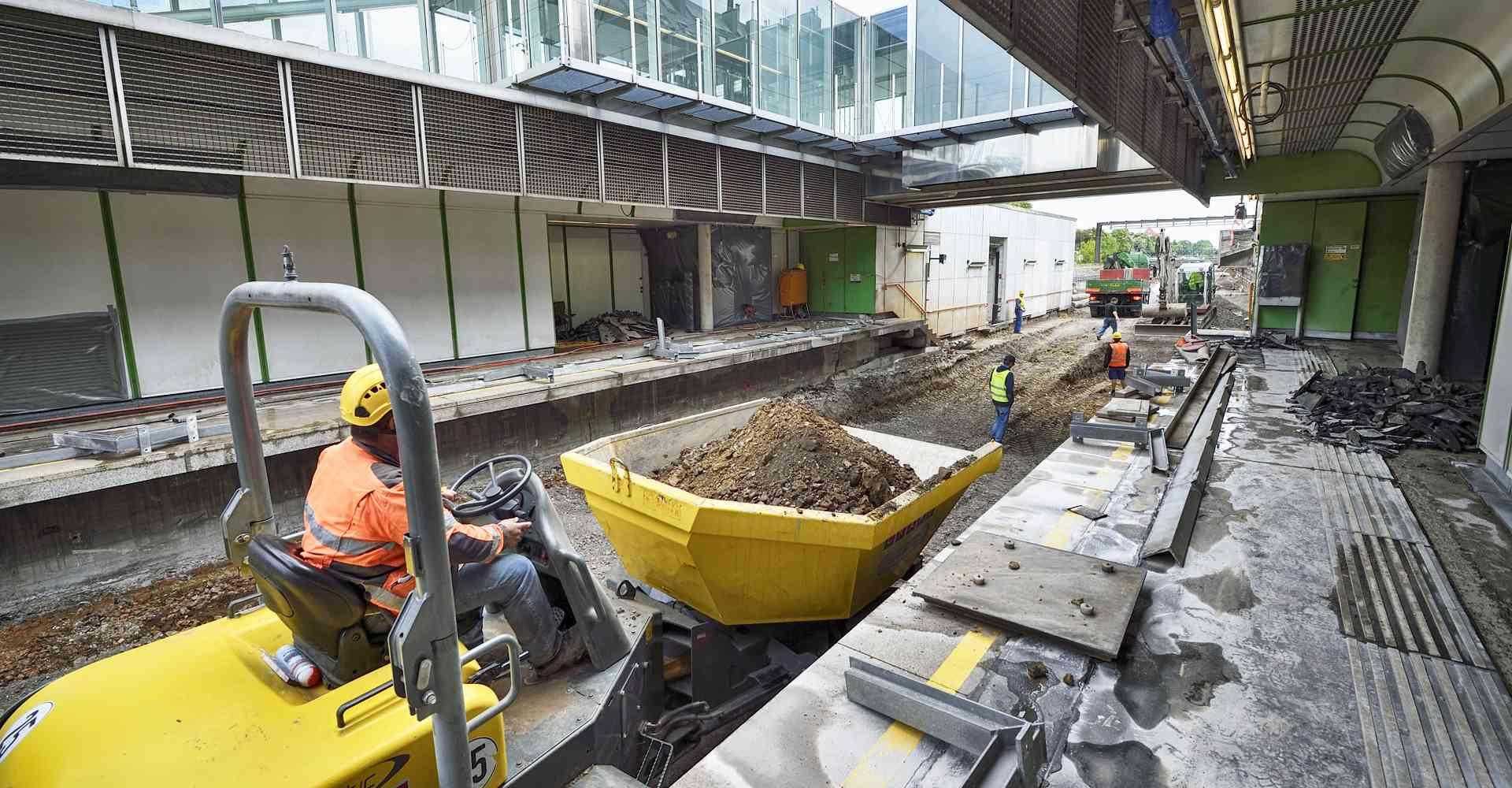 Arbeiten während der U4-Modernisierung in den Stationen und am Bahnsteig