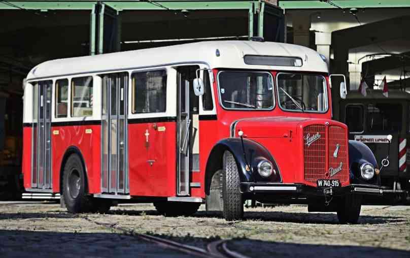 In der Remise befinden sich viele historische Fahrzeuge, Straßenbahnen wie Busse, aber auch etliche Sonderfahrzeuge.