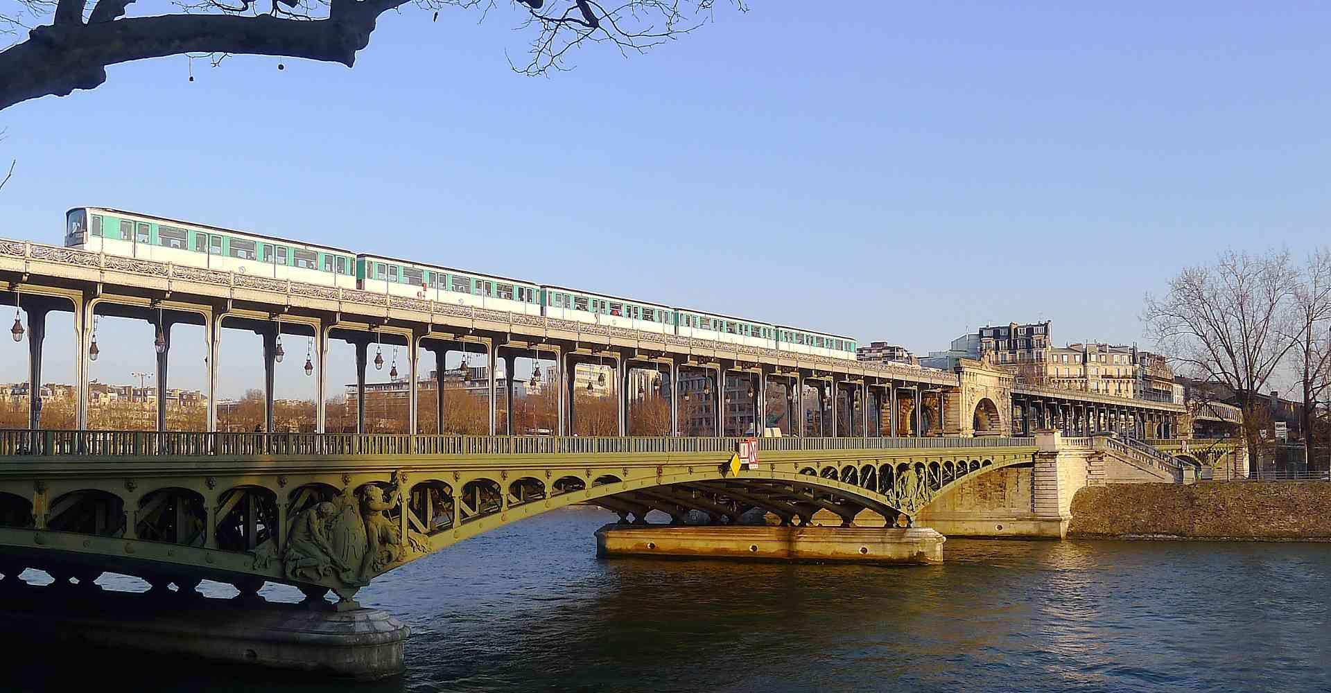 Die Metrolinie 6 fährt oberirdisch über die Seine. Hier nahe der Station Bir-Hakeim. Foto: Mbzt, CC BY 3.0