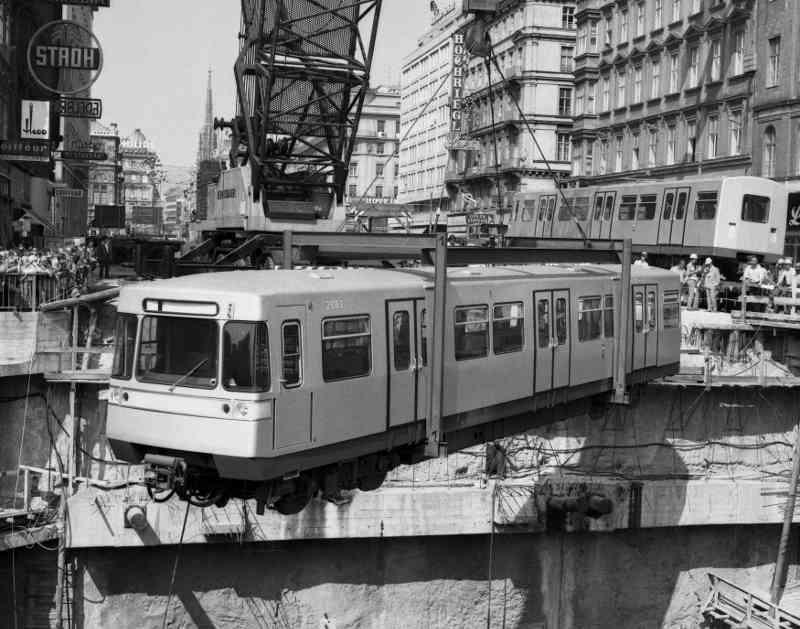 U-Bahn-Zug wird mit Kran fürs Publikum in den U-Bahnschacht gehievt.