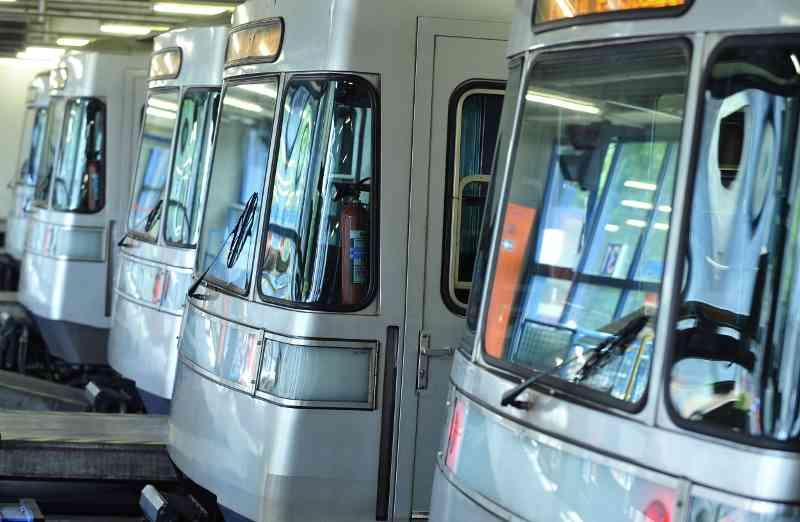 U-Bahn Züge vom Typ Silberpfeil im Bahnhof.