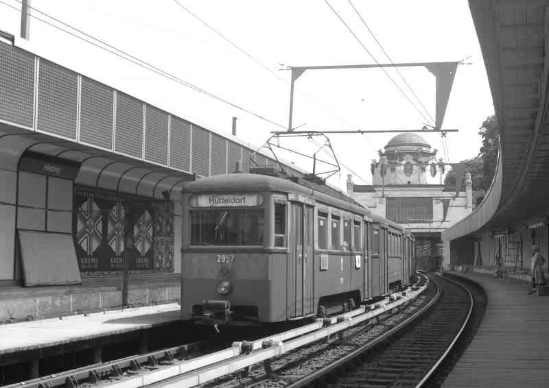 Stadtbahn mit Zug der Type N1-n1 Station Hietzing, bereits auf U-bahn Niveau und mit Stromschienen, August 1981