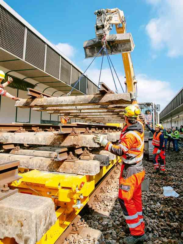 U4-Bauarbeiter entfernen die Gleise auf der U4 zwischen Hütteldorf und Hietzing