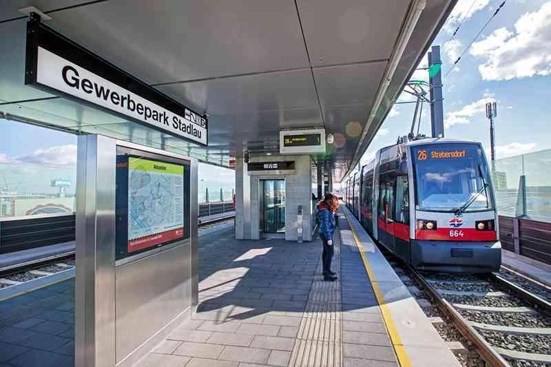 Verlängerungen bei Straßenbahn- und U-Bahnlinien, die Renovierung von Stationen, mehr barrierefreie Fahrzeuge, die Nacht-U-Bahn und die E-Busse sind nur ein paar große Projekte, die seit 2002 umgesetzt wurden.