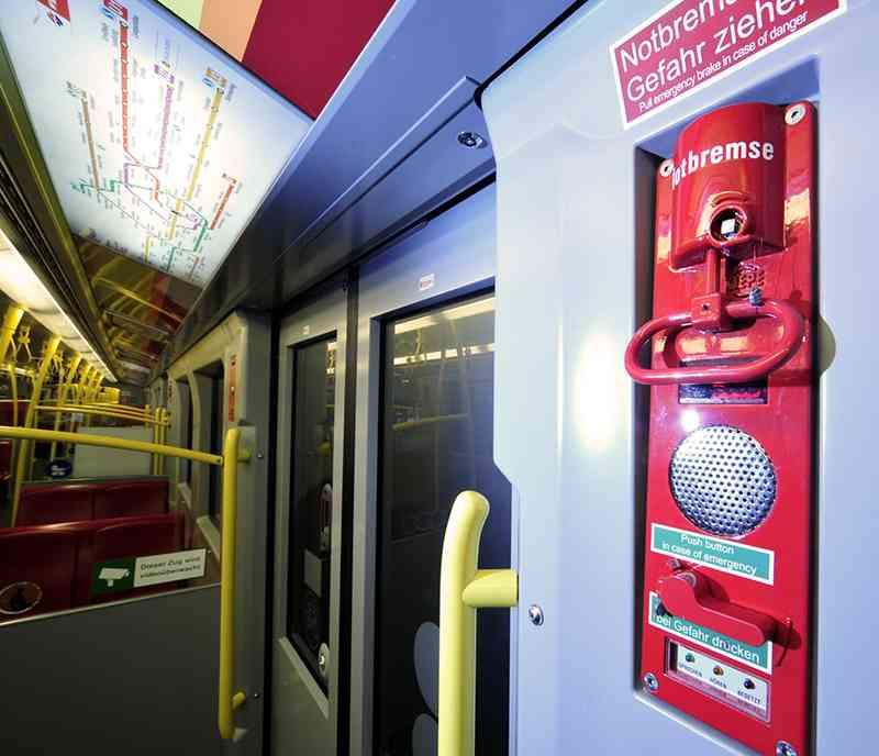 Notbremse und Notsprecheinrichtung befinden sich in allen U-Bahnen im Türbereich.