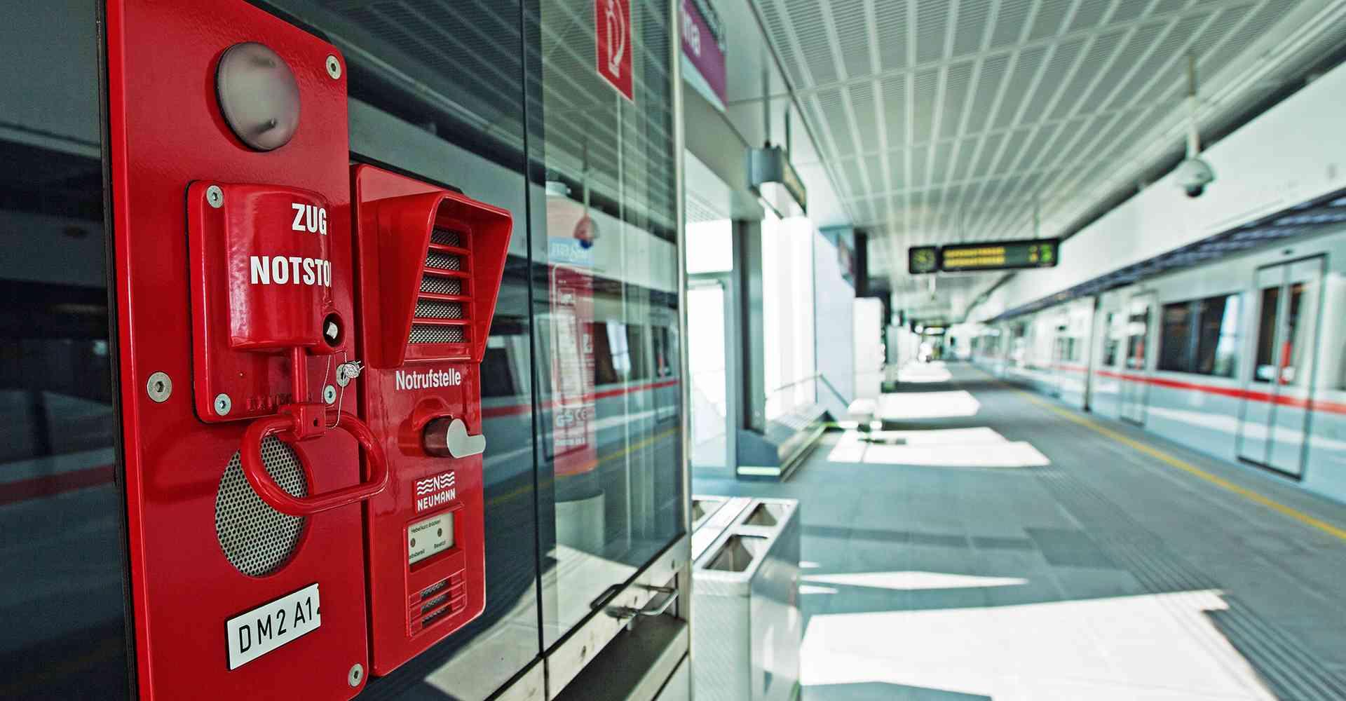 Auf jedem Bahnsteig befinden sich Sicherheitseinrichtungen, mit Zugnotstopp sowie Notrufstelle.