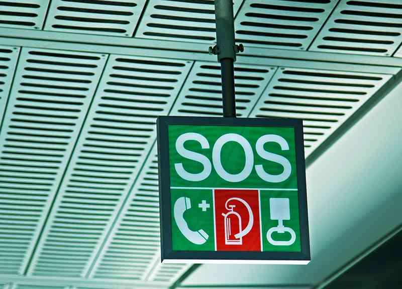 Die Position der Sicherheitseinrichtungen am Bahnsteig ist mit einem grünen SOS-Würfel gekennzeichnet, um im Notfall schnell reagieren zu können.