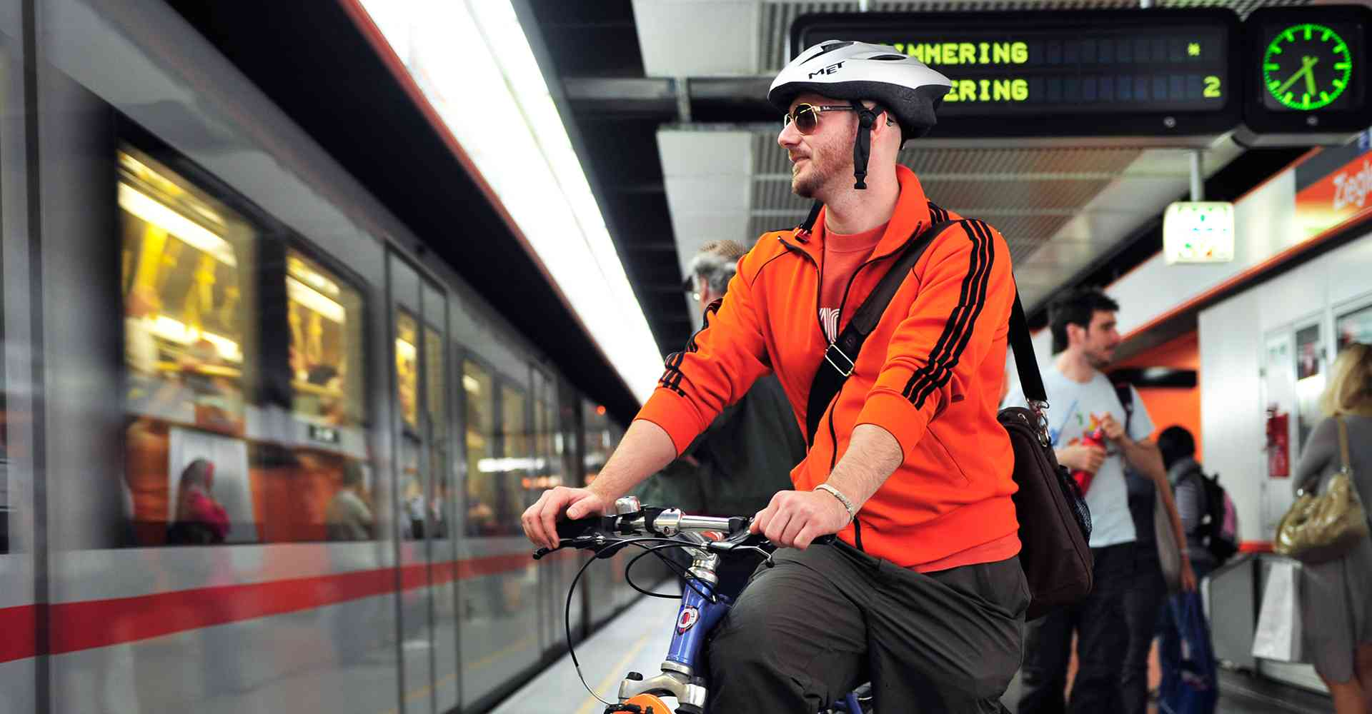 Mann mit Fahrrad in der U3
