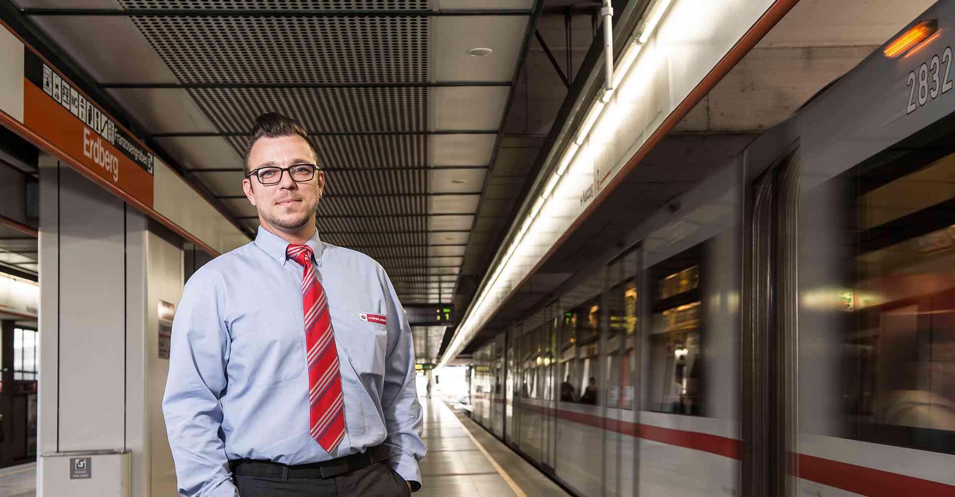 Jürgen Lutz, hier in der Station Erdberg, begrüßt die Fahrgäste gerne mit Durchsagen am Zug.