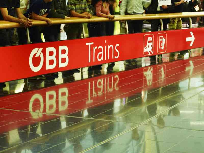 Von der Ankunftshalle am Flughafen findet man schnell zum Bahnhof. Foto: ÖBB/Philipp Horak