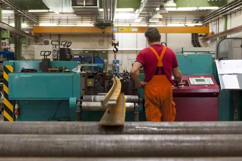 Bis zu 200 Tonnen wirken in der Biegemaschine auf die Schiene.