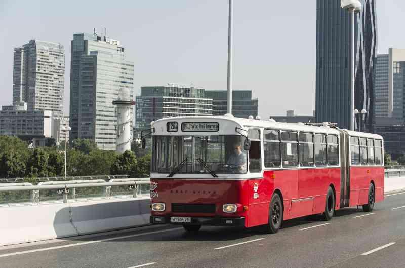 """40 Jahre nach dem Einsturz fährt der """"Donaubus"""" wieder über die Reichsbrücke."""