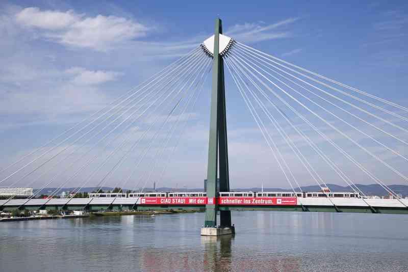 Donaustadtbrücke U2: Von hier aus ist es nur ein Katzensprung zur Alten Donau. Mitte Juli sperrte mit der Strombucht eine 6.000 m2 große Liegewiese auf.