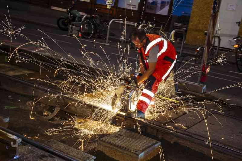 Über 400 Kilometer Straßenbahngleise und 1.100 Weichen gibt es in Wien. In der Oberbauwerkstätte wird laufend an der Erneuerung und Erhaltung der Infrastruktur gearbeitet.