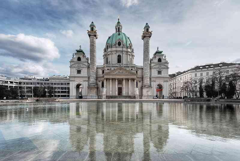 Karlskirche: Im Inneren ist es angenehm kühl, draußen kann man die Füße ins Wasserhalten. Vom Öffi-Knoten Karlsplatz ist die Karlskirche leicht zu erreichen.