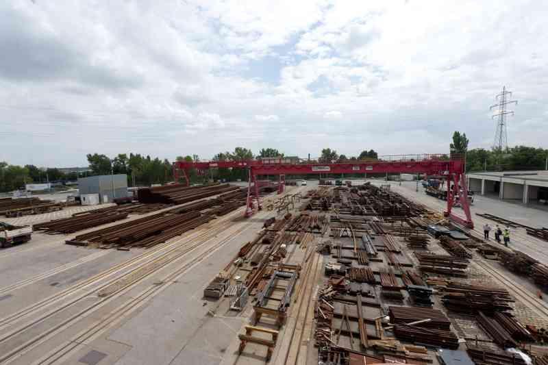 1.200 Tonnen Stahl werden Jährlich zu etwa 8000 Meter Gleis verarbeitet.