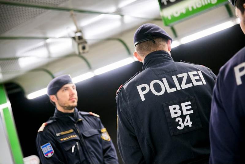 Eine Gruppe der Bereitschaftseinheit patroulliert in der Station Schottenring.