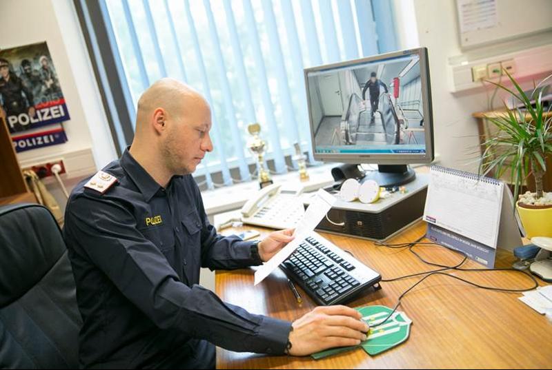Von der Öffi-Station auf den PC: Jede Lichtbildveröffentlichung, die man in der Zeitung sieht, läuft über die Pressestelle der Landespolizeidirektion Wien.