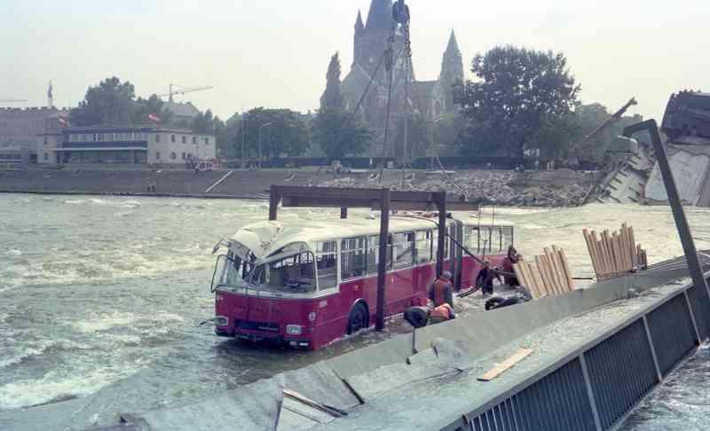 """Der 16,6 Meter lange """"Donaubus"""" konnte nach einigen Tagen im Wasser per Schwimmkran geborgen werden und blieb nach der Restaurierung bis 1989 im Einsatz."""